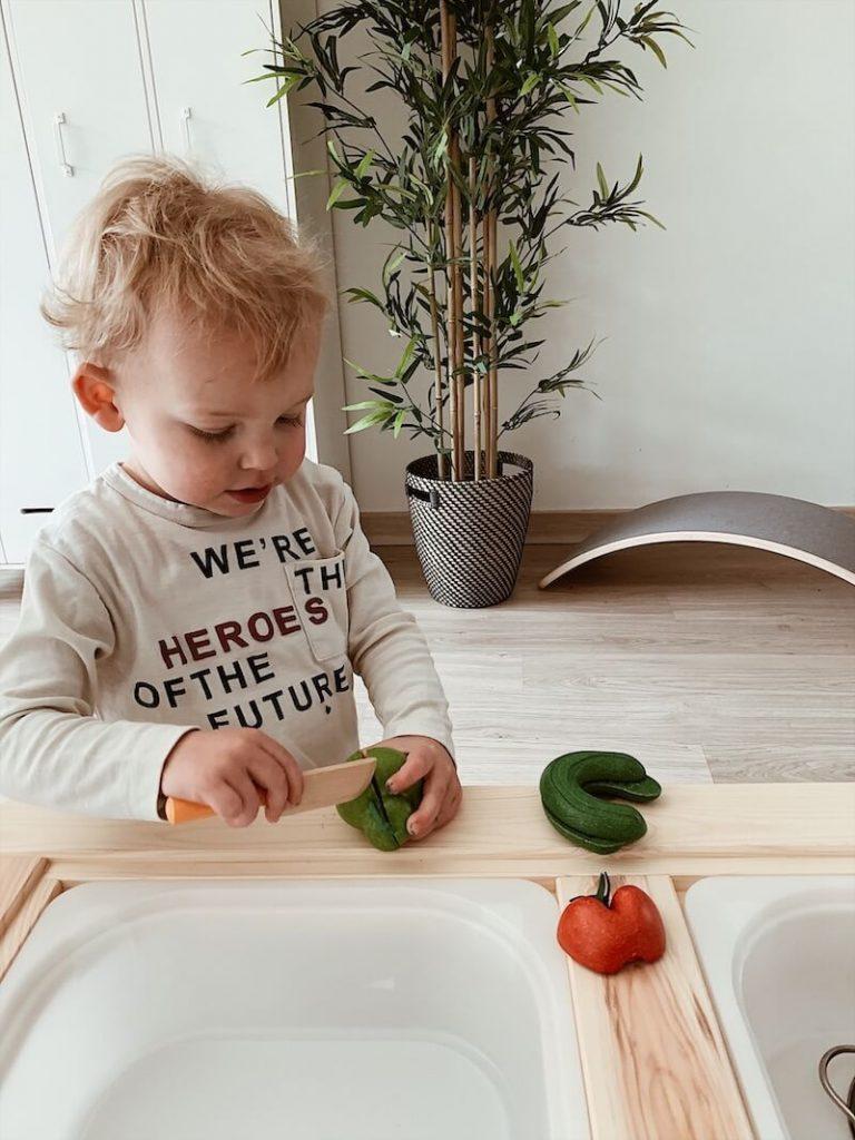 Kind groente aan het snijden