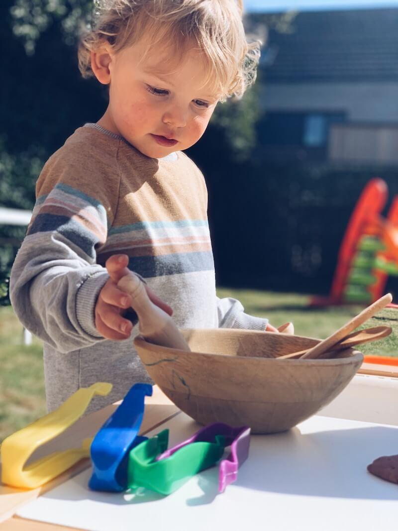 Kind speelt buiten