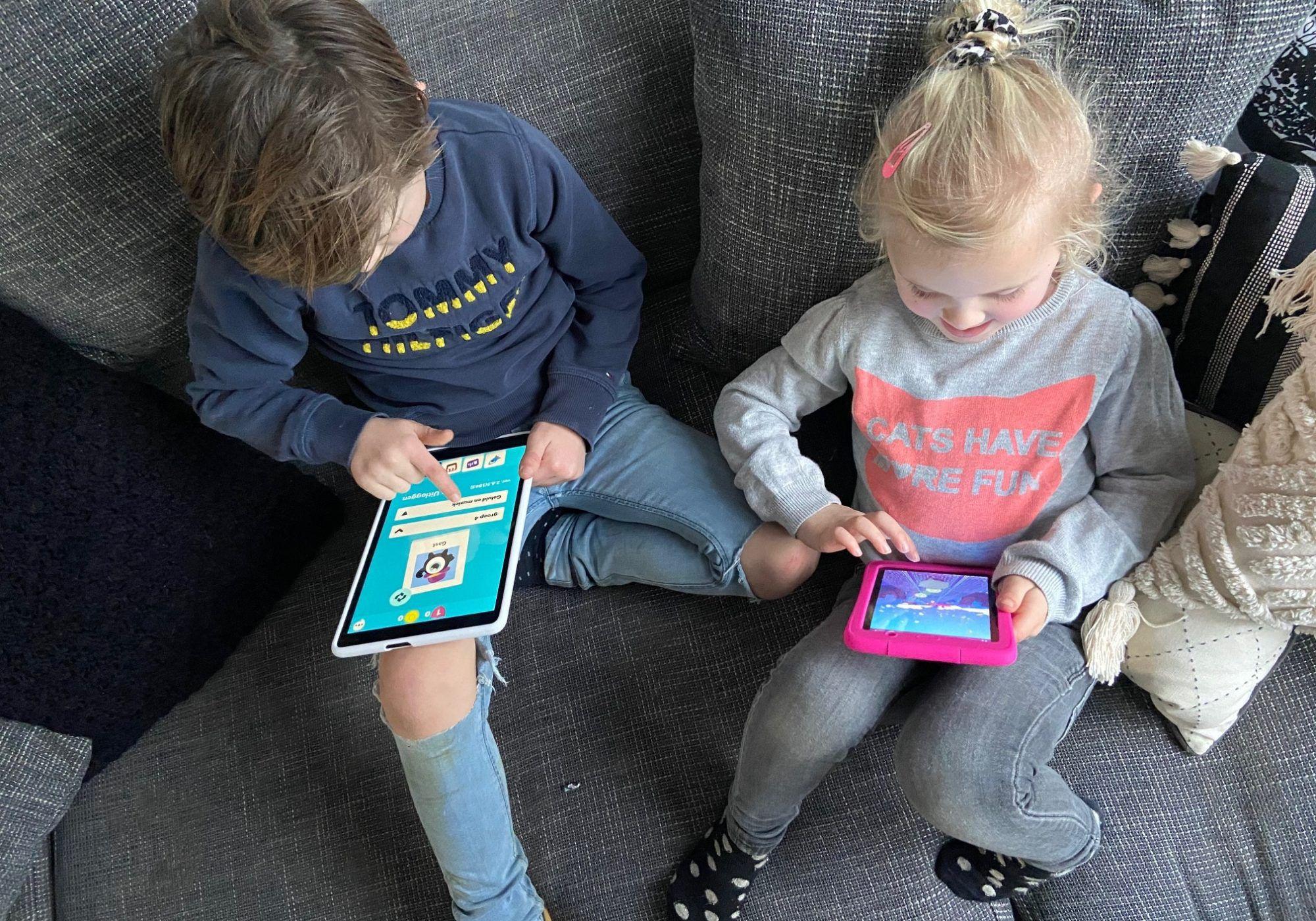 kinderen spelen op de bank met kurio tablet
