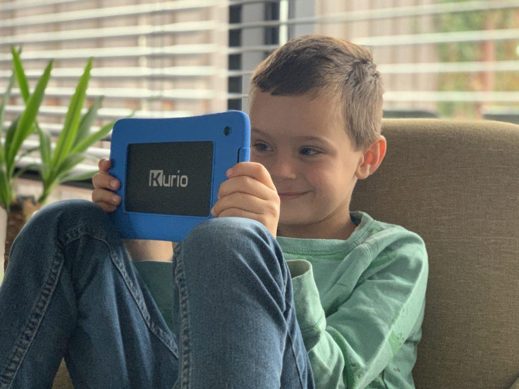 Jongen speelt met blauwe kurio tablet